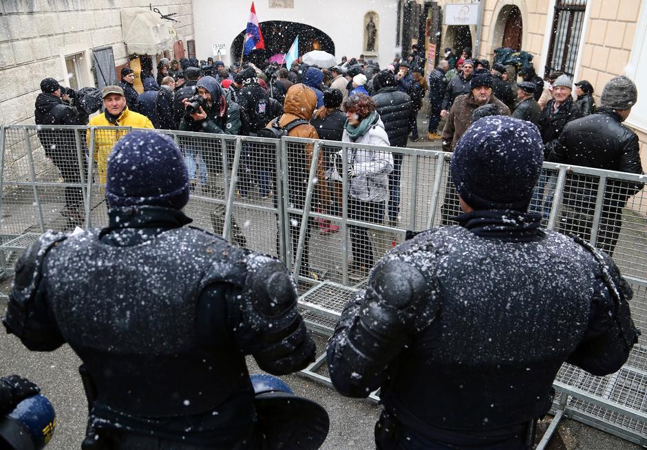 La polizia vigila su una protesta contro il presidente serbo Aleksandar Vucic a Zagabria, in Croazia, il 12 febbraio 2018. Credits to: REUTERS/Antonio Bronic.