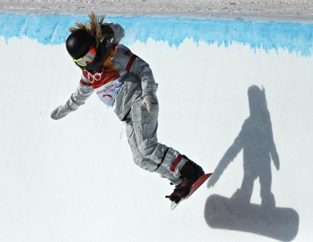 Snowboarding - Pyeongchang 2018 Winter Olympics - Women's Halfpipe Finals - Phoenix Snow Park - Pyeongchang, South Korea - February 13, 2018 - Kelly Clark of the U.S. competes. REUTERS/Jorge Silva