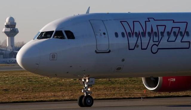 A Wizz Air Airbus 321-231HA-LXJ aircraft taxis to runway at the Chopin International Airport in Warsaw, Poland January 8, 2018.REUTERS/Kacper Pempel