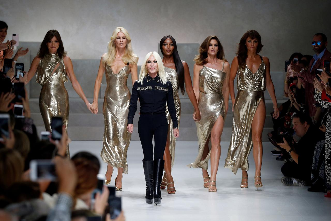362834e8b FILE PHOTO  Italian designer Donatella Versace (3L) acknowledges the  applause with former top models Carla Bruni (L)