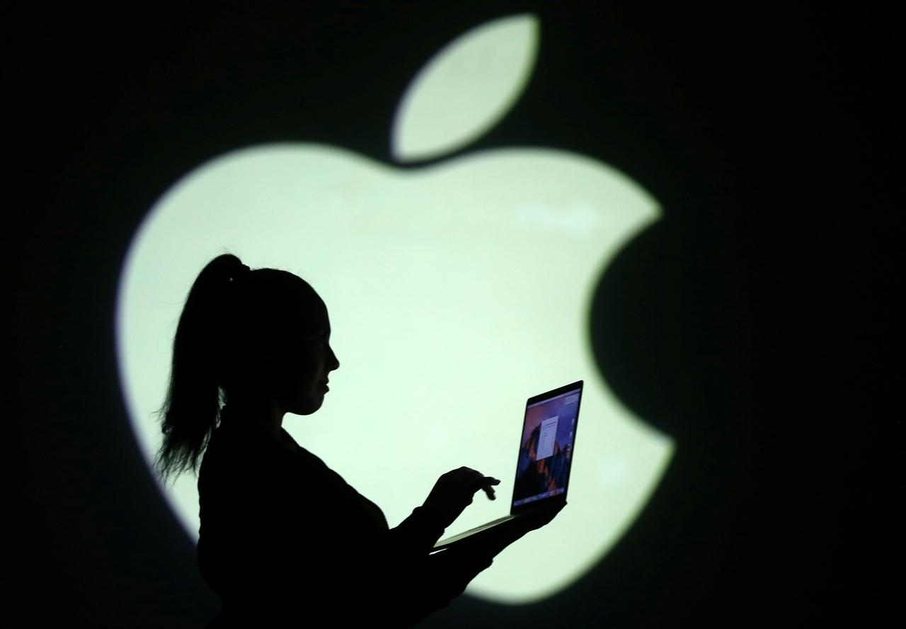 4月2日、米アップルがパソコン「Mac(マック)」に搭載する半導体について、インテル製をやめ、自社製の半導体に切り替えることを計画していると、ブルームバーグが関係筋の情報として報じた。写真は3月28日撮影(2018年 ロイター/Dado Ruvic/Illustration)