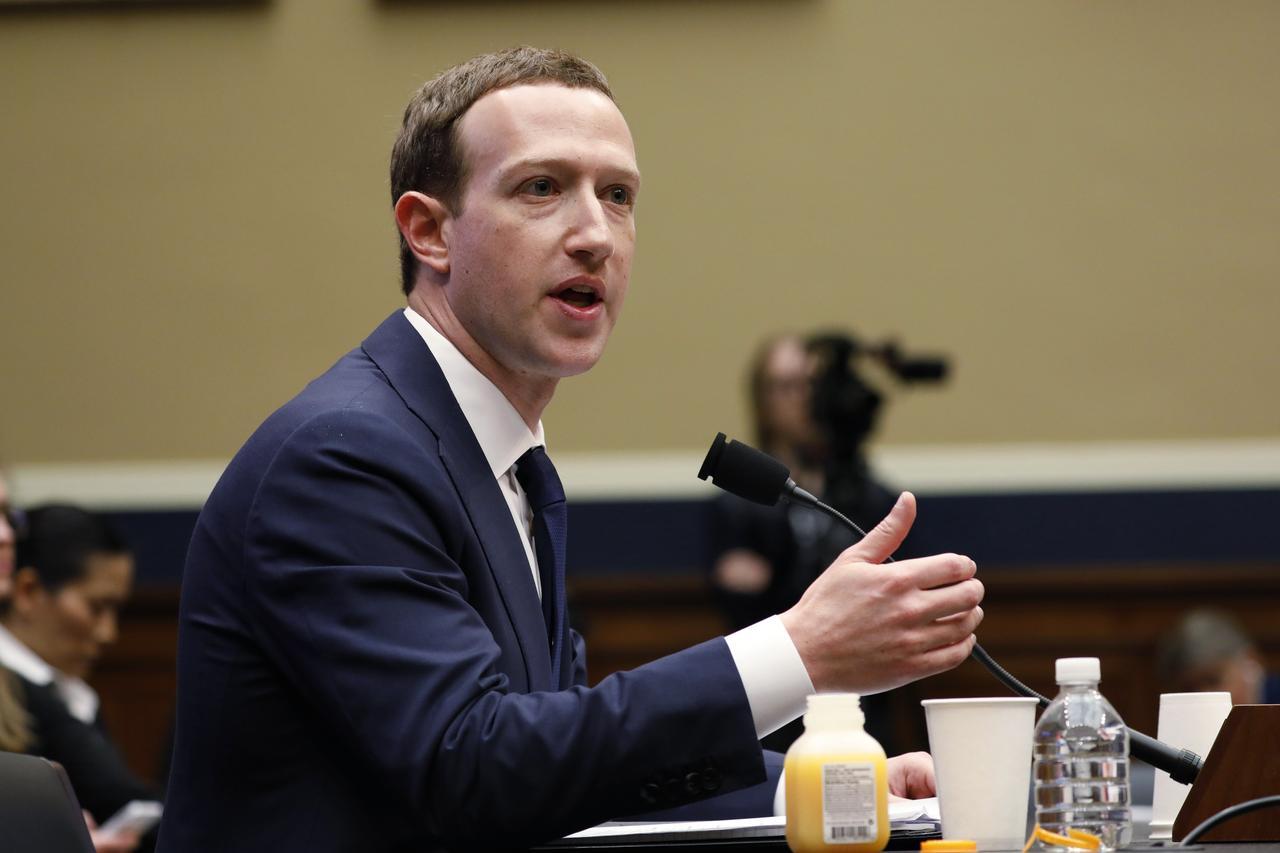 4月11日、米フェイスブックのザッカーバーグ最高経営責任者(CEO)は下院エネルギー・商業委員会の公聴会で証言し、政治コンサルティング会社ケンブリッジ・アナリティカ(CA)に流出した最大8700万人のユーザー情報の中に自身のものも含まれていたことを明らかにした。写真は同日、下院エネルギー・商業委員会の公聴会で証言するザッカーバーグ氏(2018年 ロイター/Aaron P. Bernstein)
