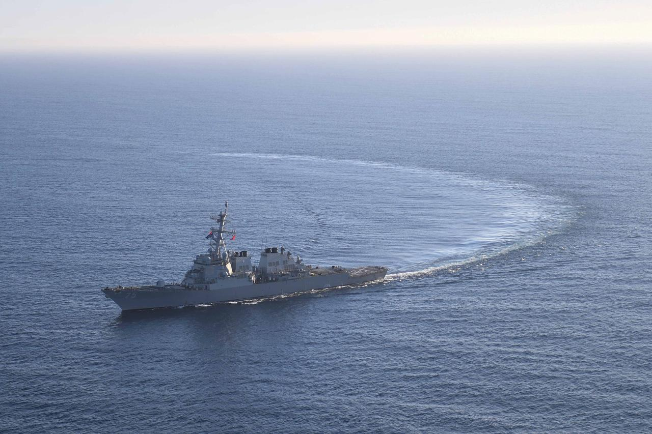 """Il cacciatorpediniere classe Arleigh Burke """"USS Donald Cook"""" della marina americana - usata nell'attacco missilistico in Siria- transita nell'Oceano Atlantico, 28/05/2017. Credits to: REUTERS."""