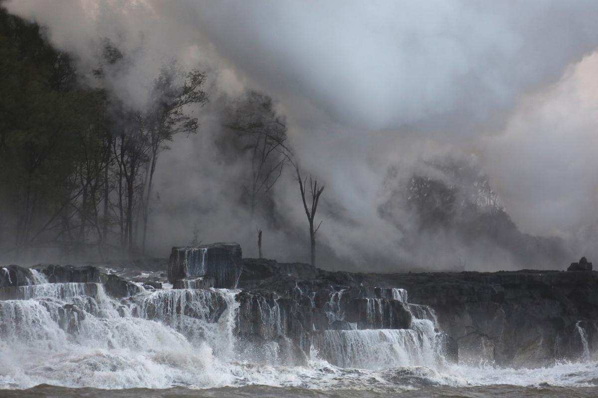 Deadly acid cloud rises over Hawaii as lava streams into ocean