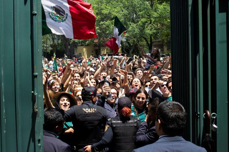 Mexicanos agradecem sul-coreanos diante de embaixada por vitória que  garantiu classificação na Copa 95b96543100ca