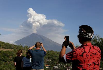 Bali's volcano rumbles again