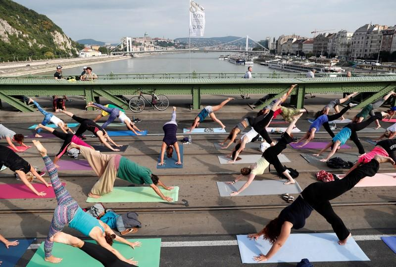 People practice yoga on Liberty Bridge in Budapest, Hungary, July 22, 2018. Picture taken July 22, 2018. Bernadett Szabo