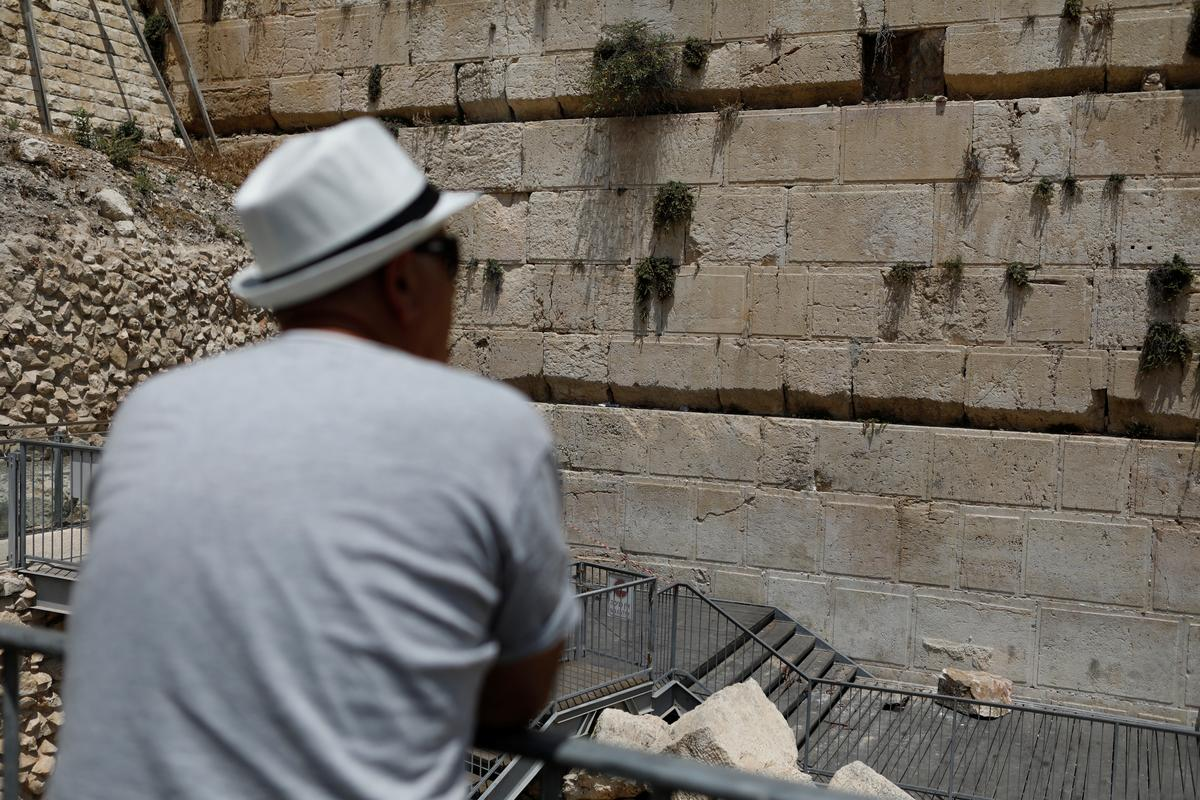 0b6a07fbad5 JERUSALEM (Reuters) - An elderly worshipper had a close call on Monday when  a 100-kg (220 lb) stone suddenly fell from Jerusalem s Western Wall and  crashed ...