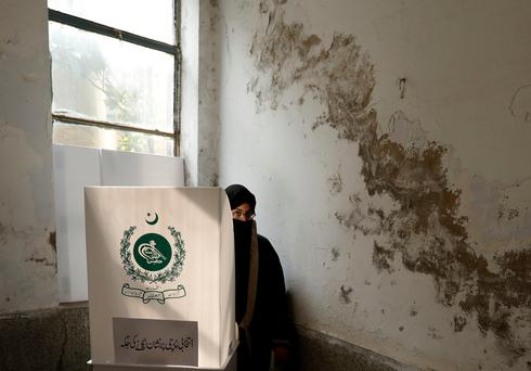 Pakistan votes in cliffhanger election