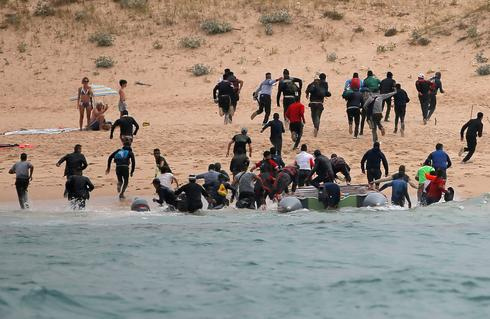 Migrants land on Spanish beach