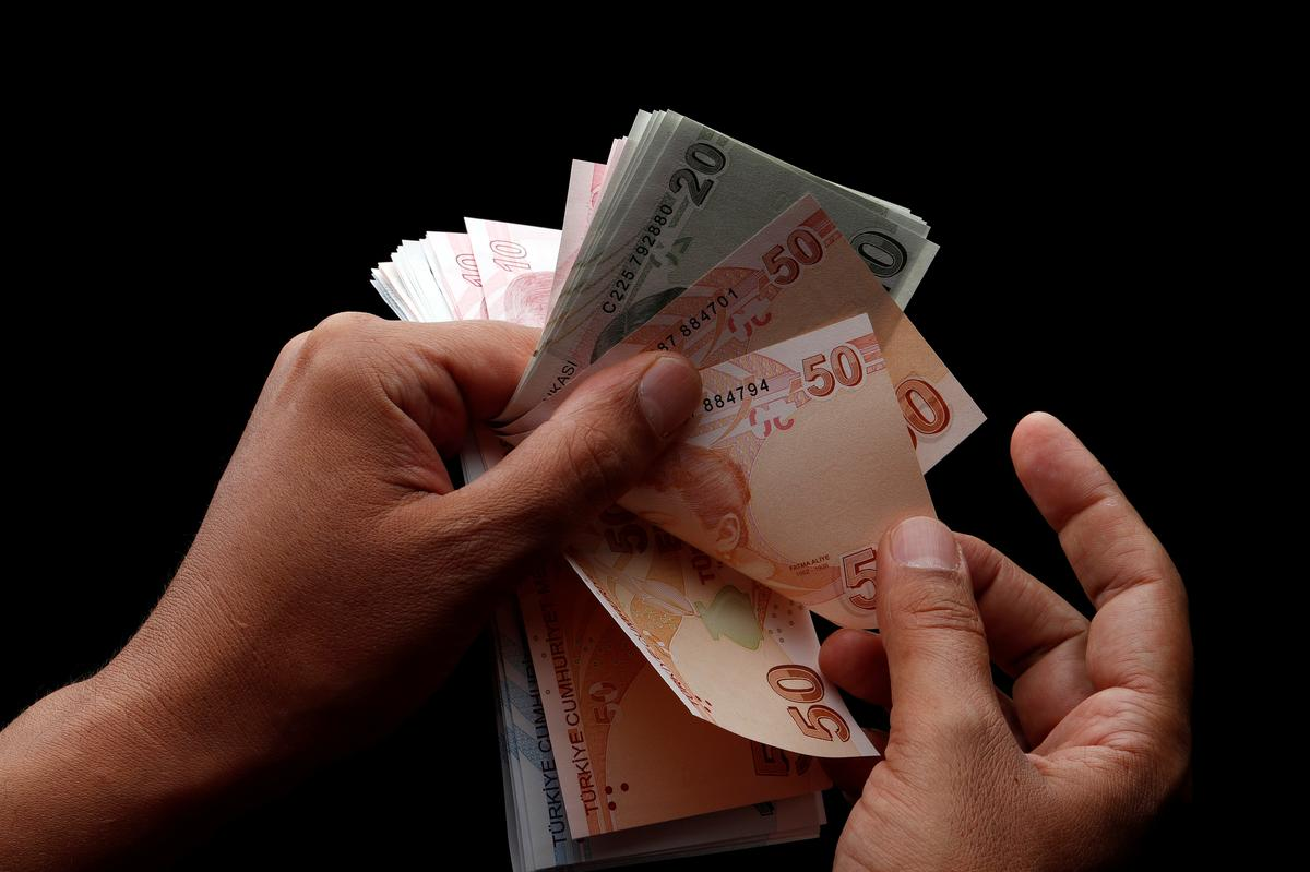 Turkish lira tumbles 7 percent to dollar on sanction worries