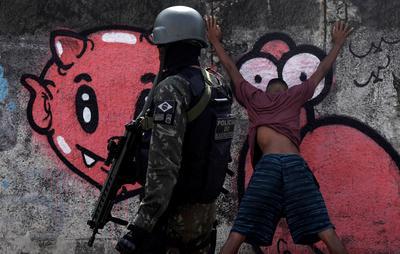 Brazilian soldiers swarm Rio slums