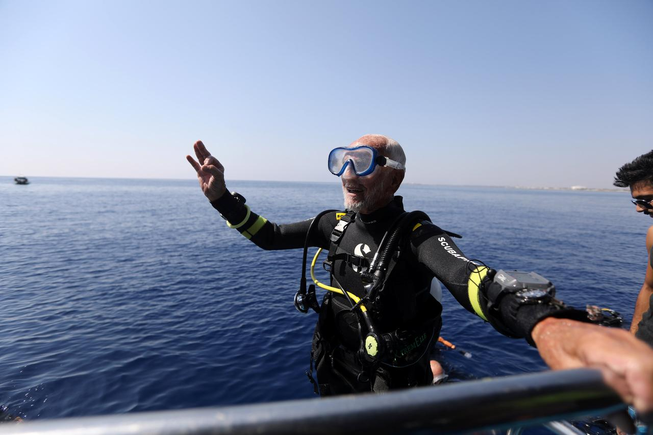 at 95 ww2 vet breaks own record as oldest scuba diver reuters