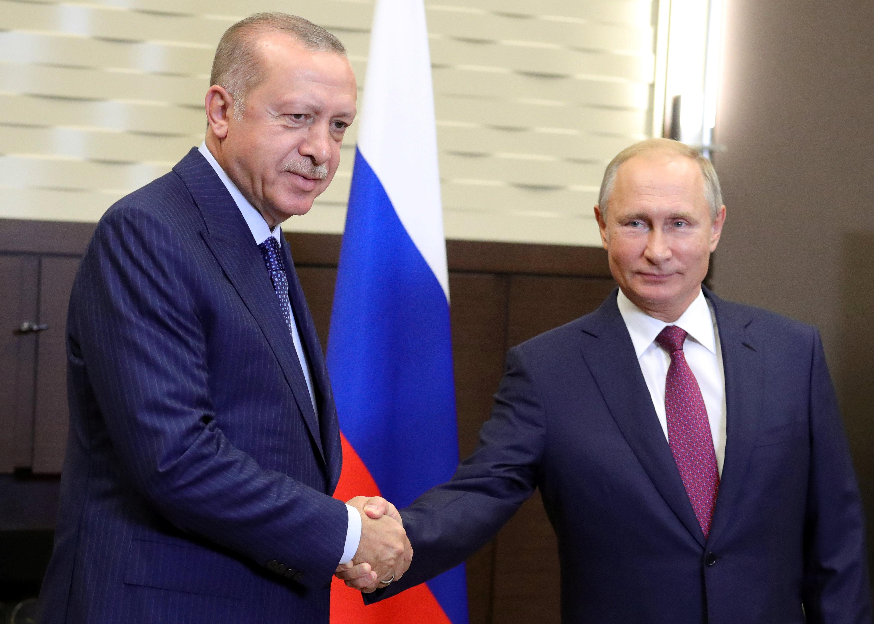 Russian President Vladimir Putin (R) shakes hands with his Turkish counterpart Tayyip Erdogan during a meeting in Sochi, Russia September 17, 2018. Sputnik/Mikhail Klimentyev/Kremlin via