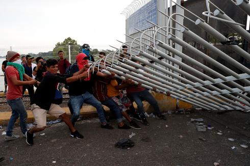 Migrants clash with police at Guatemala-Mexico border