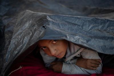 First caravan migrants reach U.S. border