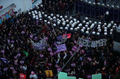Turkish women attempt to march on Taksim Square