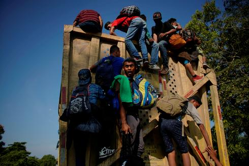 Hundreds of Central American migrants enter Mexico