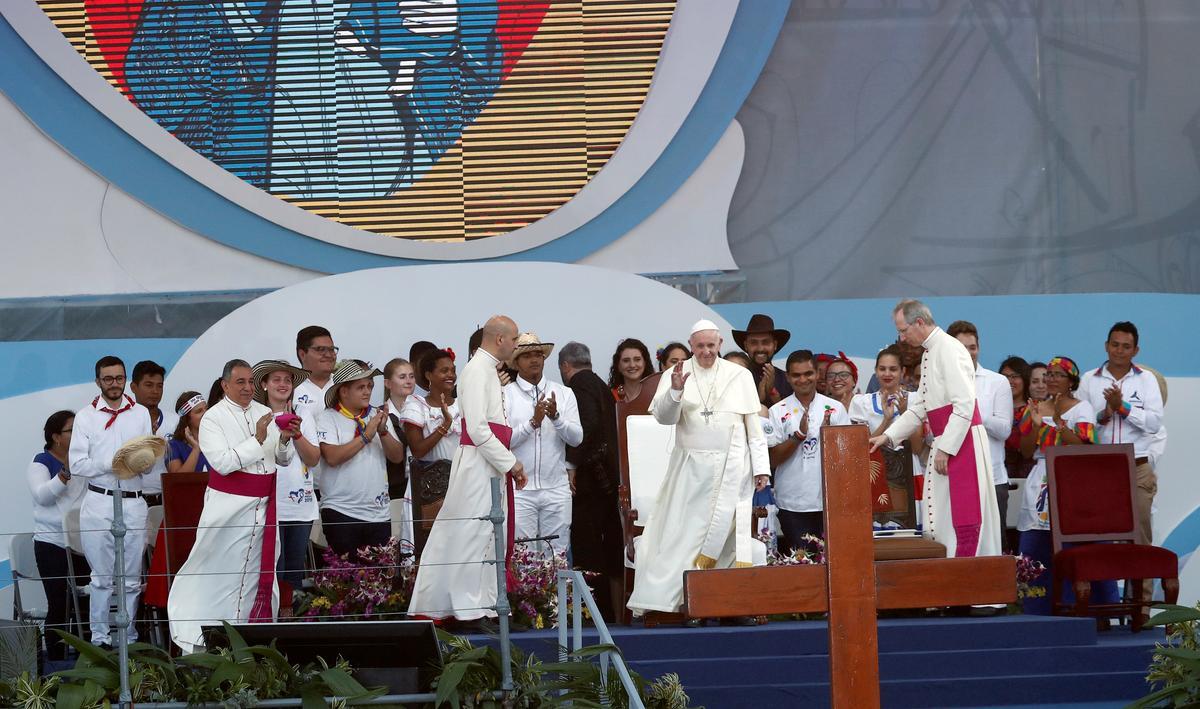 Pope condemns 'senseless' stigmatising of migrants