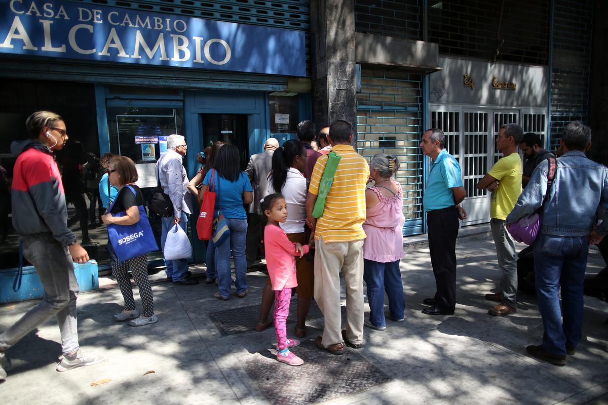 Venezuelans rush to benefit from rare reverse in currency rate trend