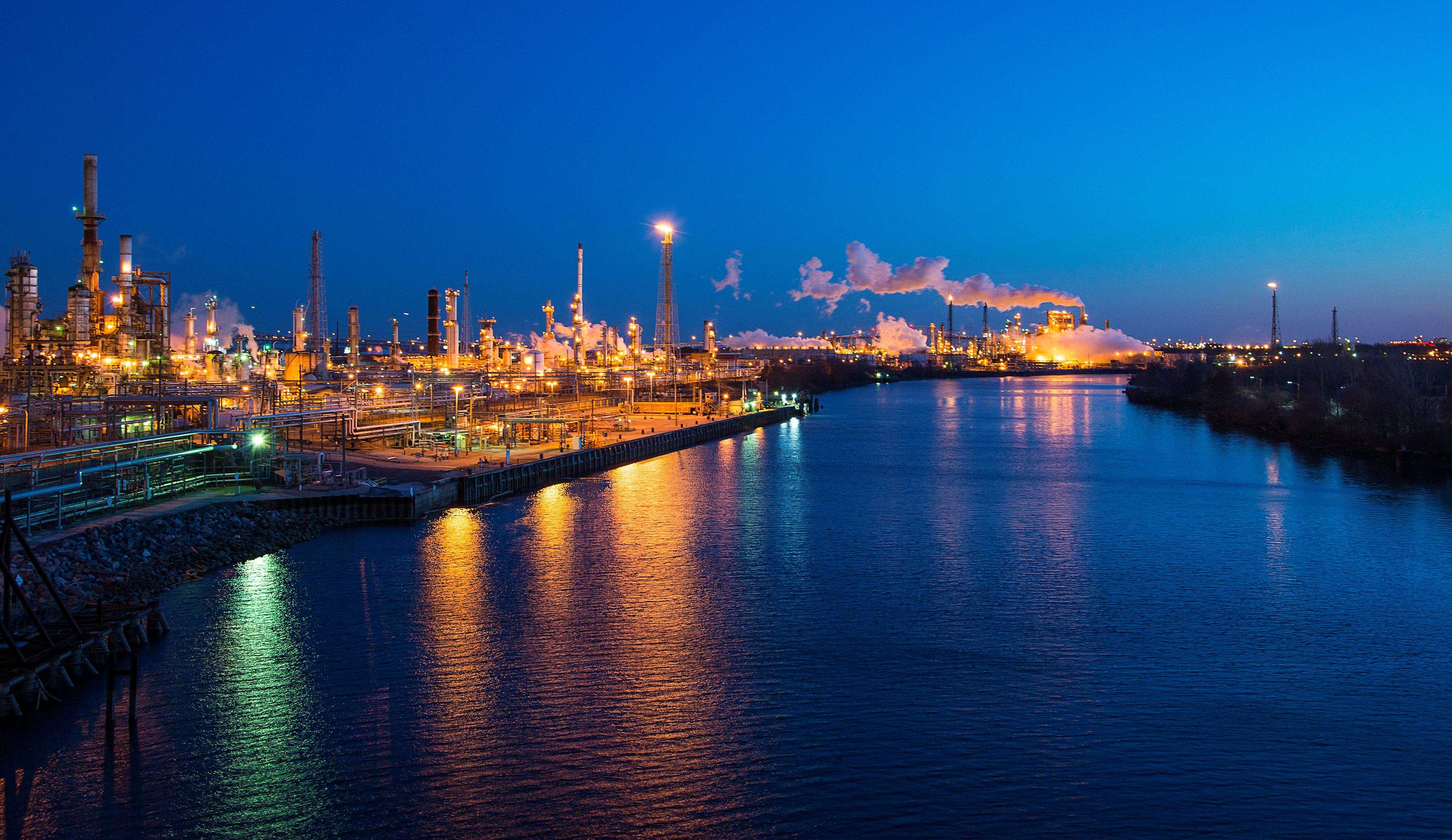 One of the oldest U S  refineries in trouble again in