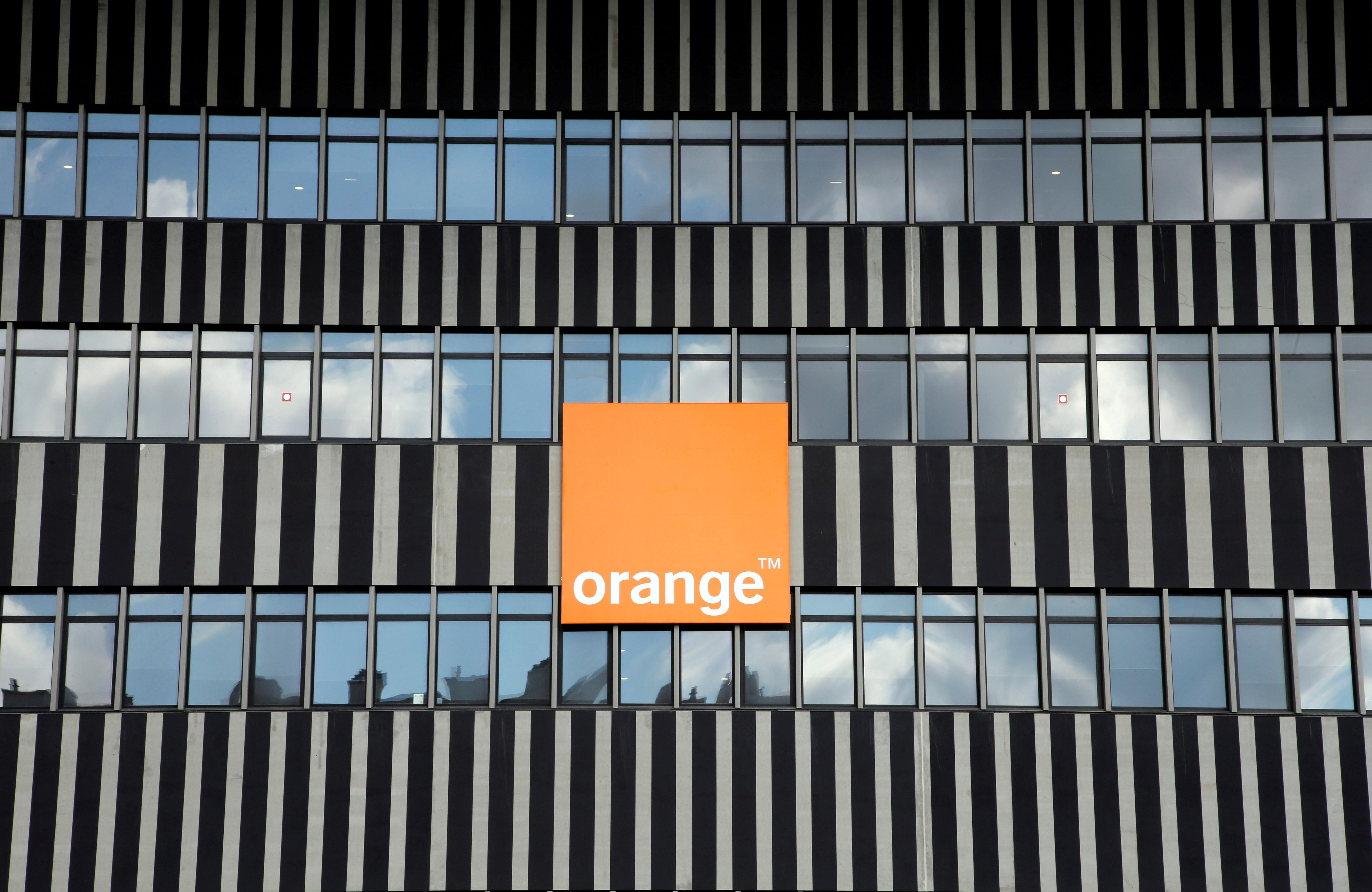France's Orange strikes cautious tone as French price war lingers