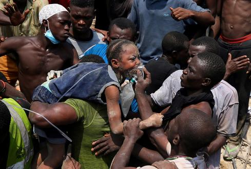 Children pulled from Nigeria building collapse