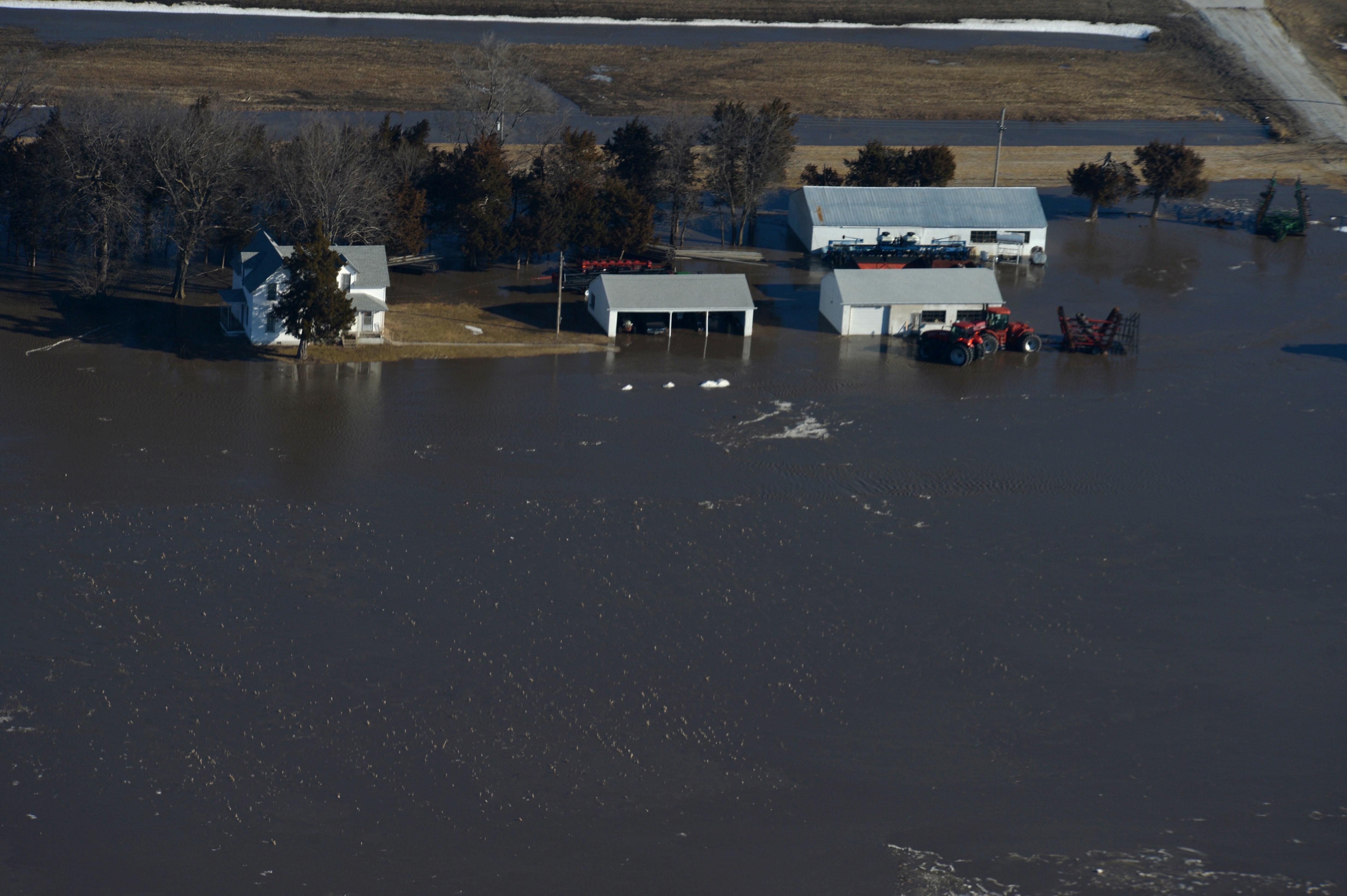 Amid U S  Midwest flooding, residents in Missouri, Kansas