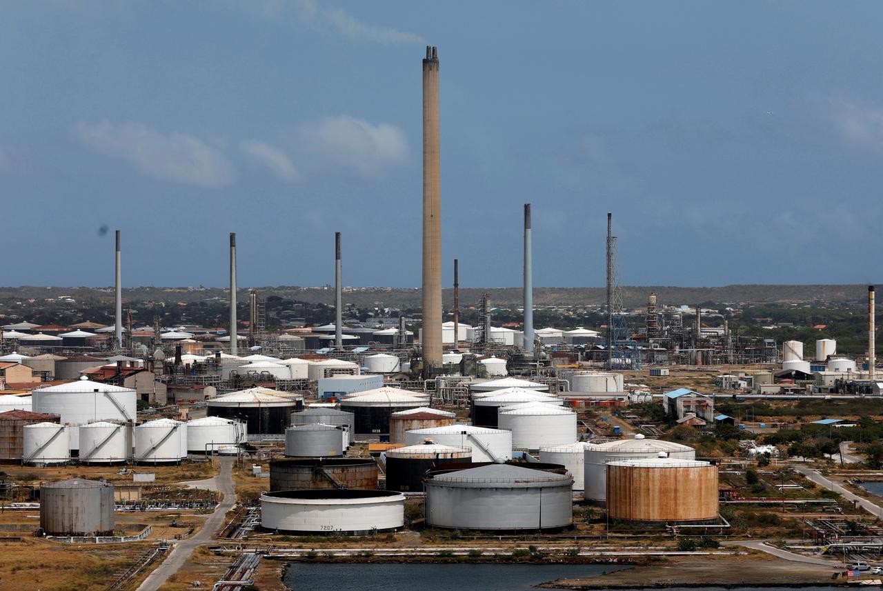 Exclusive: Venezuela oil exports stable in March despite