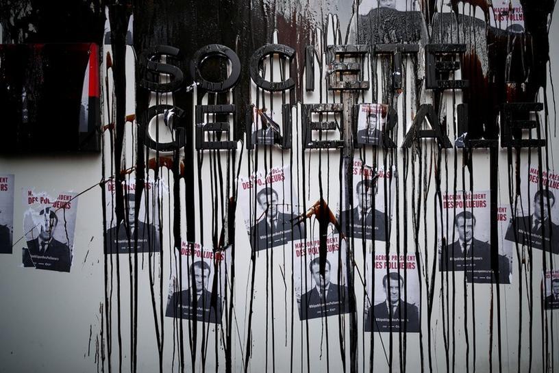 Resultado de imagen para Manifestantes contra el cambio climático bloquean acceso oficinas de multinacionales francesas