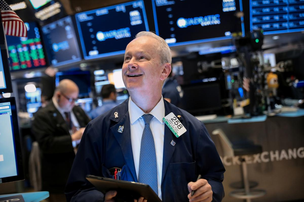 Wall St. gains on better-than-expected earnings, robust economic data