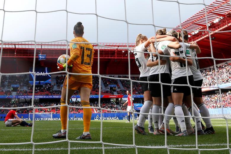 La alemana Sara Daebritz celebra su primer gol contra España. REUTERS / Phil Noble
