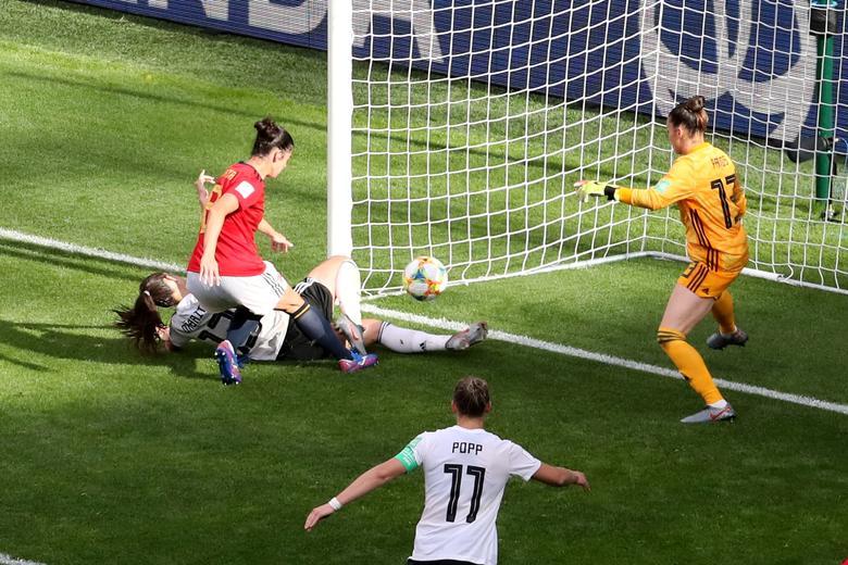 La alemana Sara Daebritz marca su primer gol contra la española Sandra Panos. REUTERS / Yves Herman