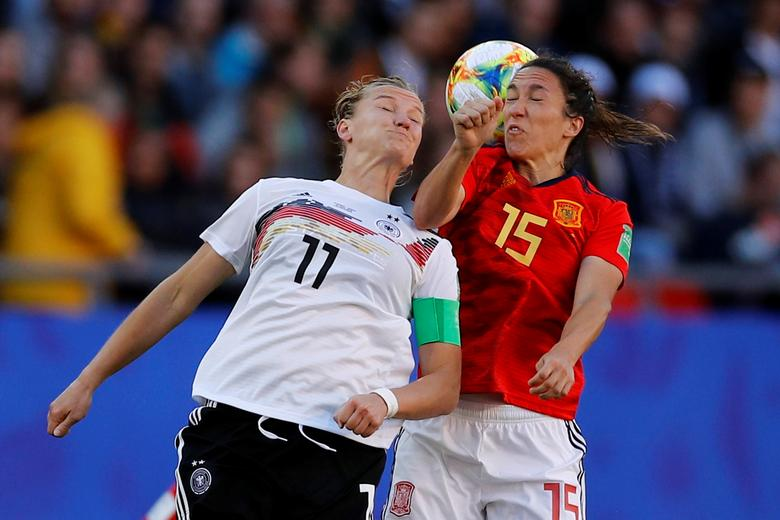La alemana Alexandra Popp en acción con la española Silvia Meseguer. REUTERS / Phil Noble
