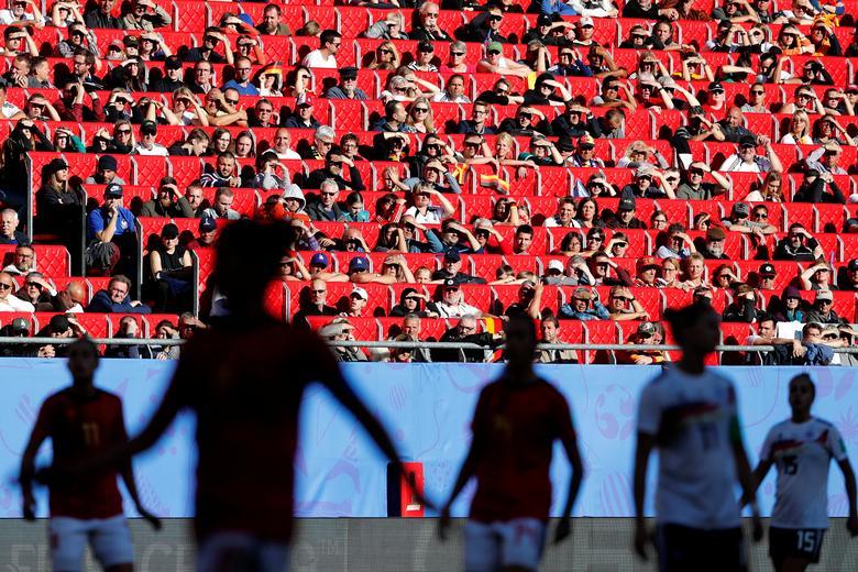 Los aficionados miran durante el partido entre Alemania y España. REUTERS / Bernadett Szabo