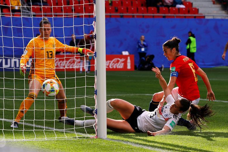 La alemana Sara Daebritz marca su primer gol. REUTERS / Phil Noble