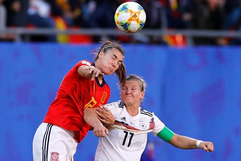 La española Patri Guijarro en acción con la alemana Alexandra Popp. REUTERS / Phil Noble