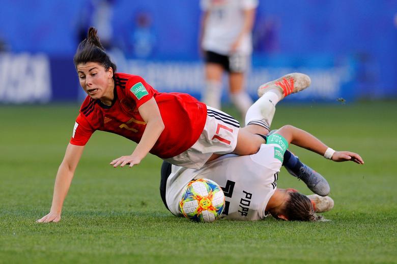 La española Lucia Garcia en acción con la alemana Alexandra Popp. REUTERS / Phil Noble