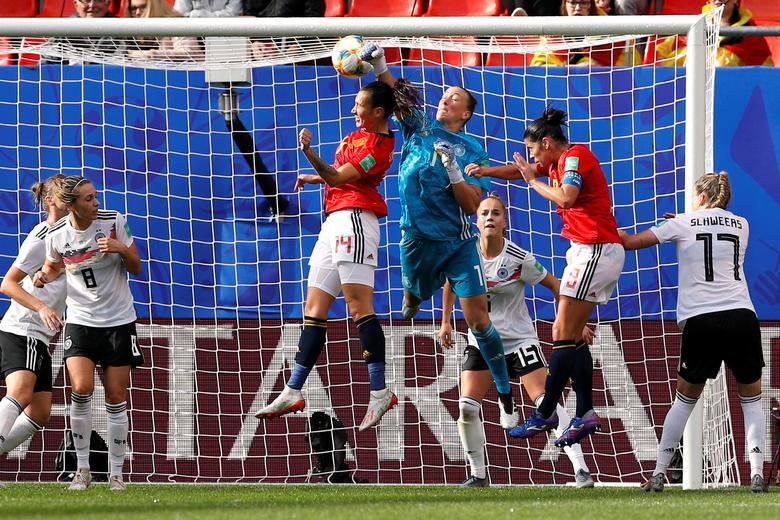El alemán Almuth Schult en acción con la española Virginia Torrecilla y Marta Torrejón. REUTERS / Phil Noble