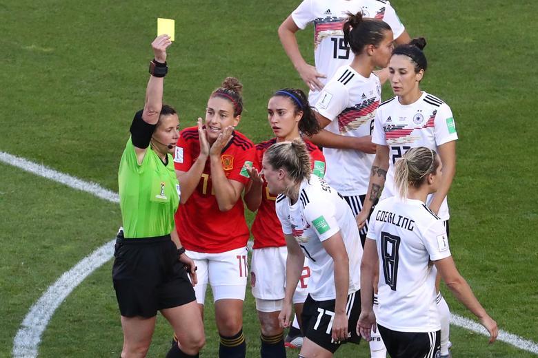 Verena Schweers de Alemania recibe una tarjeta amarilla del árbitro. REUTERS / Yves Herman