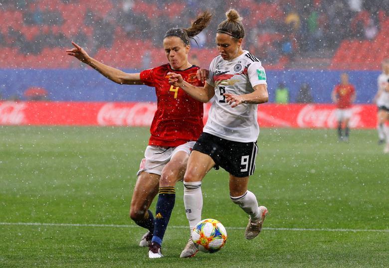 La alemana Svenja Huth en acción con la española Irene Paredes. REUTERS / Phil Noble