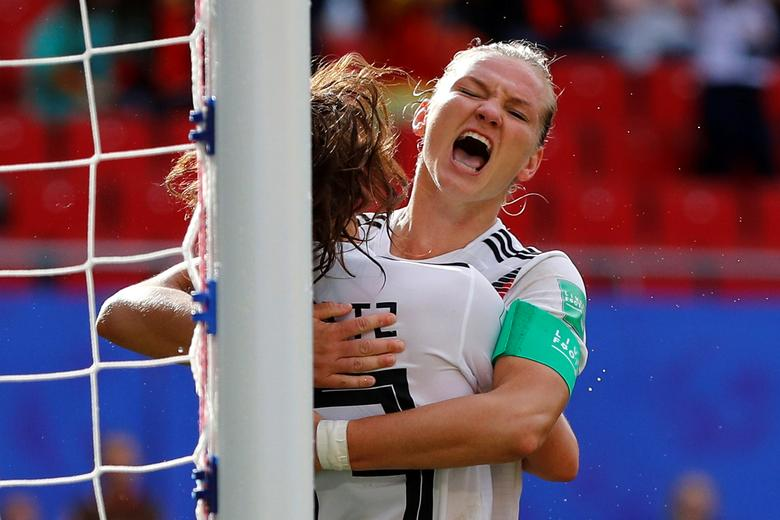 La alemana Sara Daebritz celebra su primer gol con Alexandra Popp. REUTERS / Phil Noble
