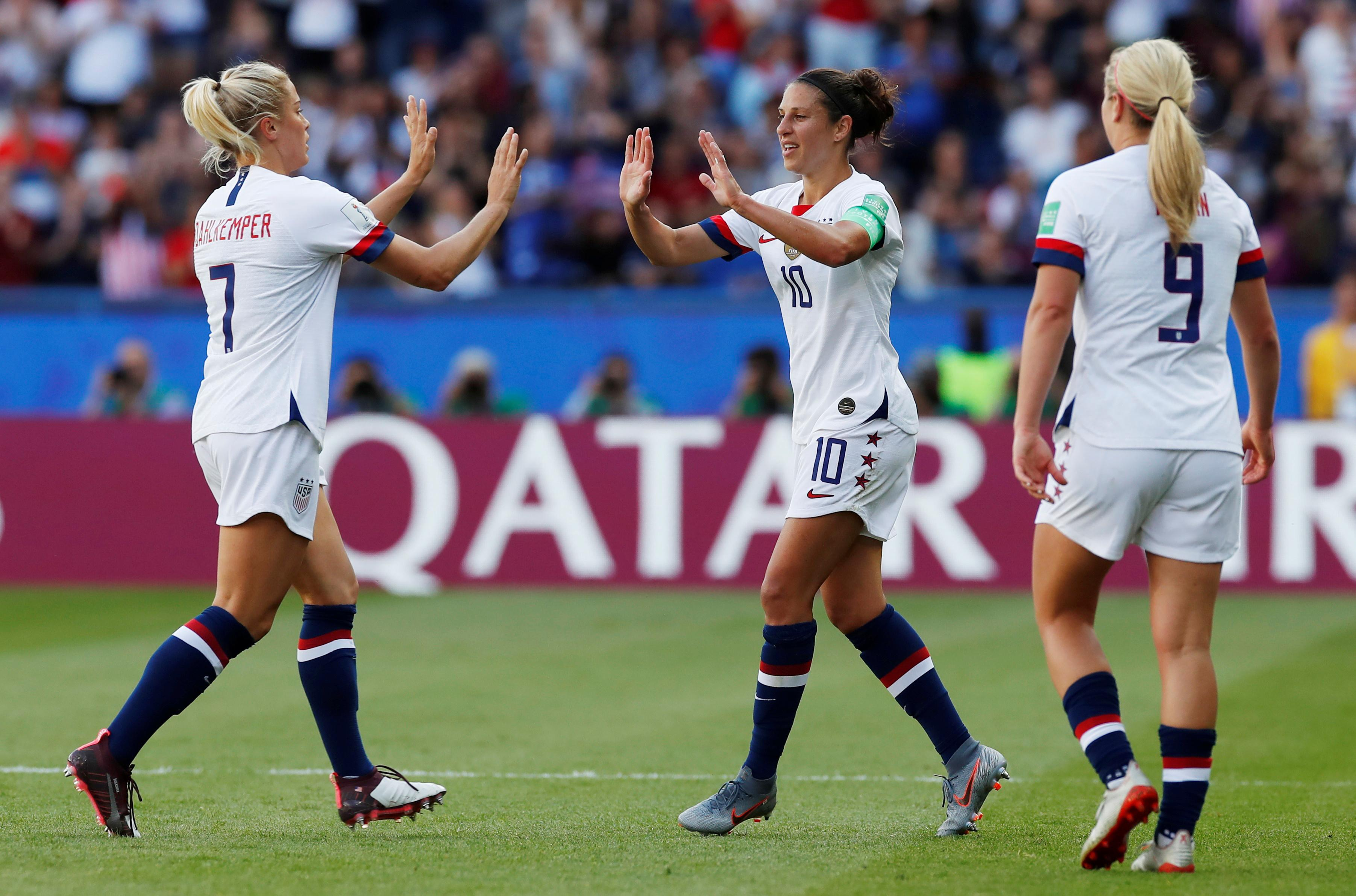 Lloyd leads dominant U.S. past Chile into last 16
