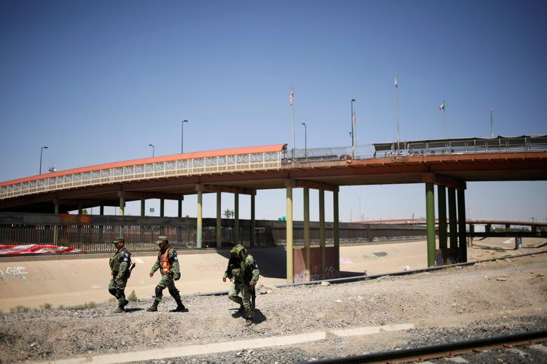 Los miembros de la Guardia Nacional de México patrullan la frontera entre México y los Estados Unidos en Ciudad Juárez, México, el 24 de junio. Respondiendo a los informes del fin de semana de intervenciones de mano dura por parte del ejército, Luis Cresencio Sandoval, jefe del Ejército, dijo que se necesitaba soldados para retroceder funcionarios de migración en las operaciones de contención. Junto con 6.500 miembros de las fuerzas de seguridad enviadas a la zona sur de la frontera de México con Guatemala, donde ingresan muchos migrantes, un contingente más grande estaba en el norte, dijo. REUTERS / Jose Luis Gonzalez