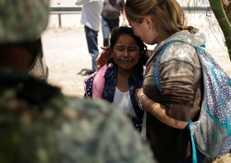 Una niña de Nicaragua es reconfortada por su madre después de que fueron detenidos por miembros de la Guardia Nacional de México mientras intentaban cruzar ilegalmente la frontera de Estados Unidos y México en Ciudad Juárez, el 21 de junio. REUTERS / Jose Luis Gonzalez
