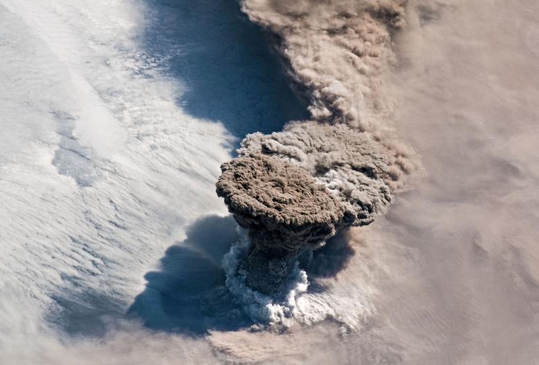 Una gran ceniza volcánica y una columna de gas se ven desde la Estación Espacial Internacional que se eleva sobre las Islas Kuriles en el Océano Pacífico Norte después de una serie inesperada de explosiones del Volcán Raikoke, junio de 2019. NASA / Expedición 59 Tripulación