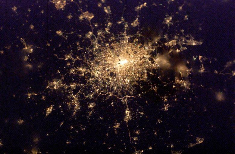Una vista nocturna de Londres muestra una vista clara de algunos de los puntos de referencia de Londres, como el río Támesis que serpentea a través del corazón de la ciudad y la autopista M25 que rodea la capital. REUTERS / Archivo