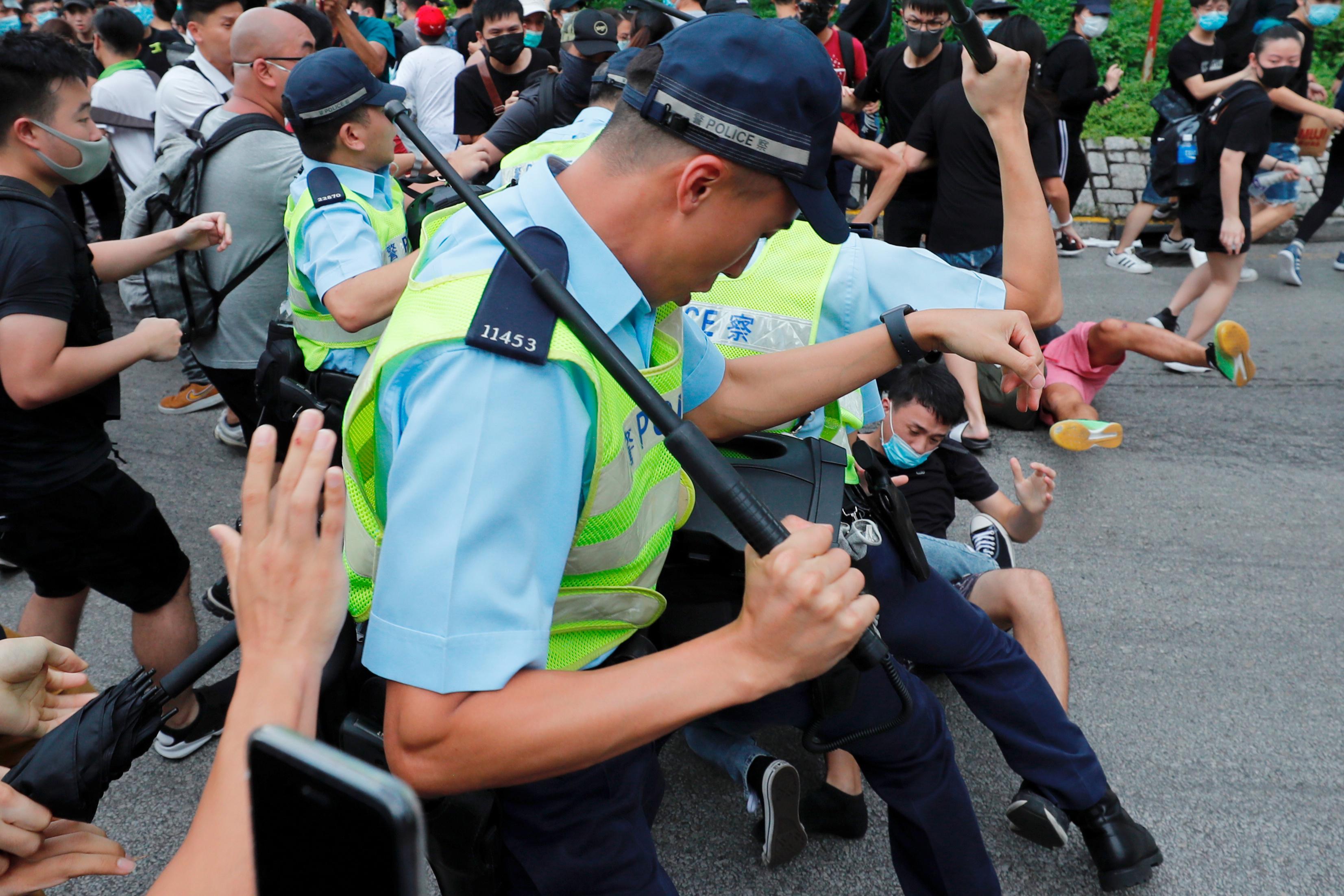 Des manifestants de Hong Kong marchent près de la frontière pour cibler des commerçants en provenance de Chine