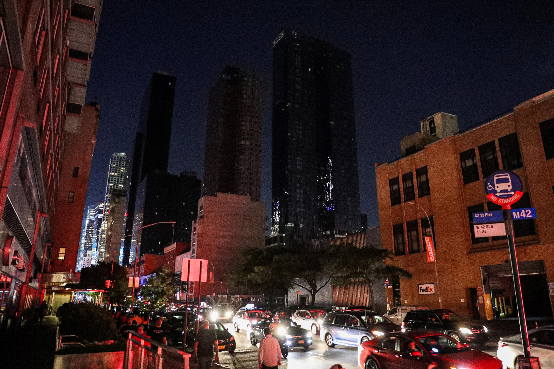Blackout disrupts Manhattan, darkens Broadway theaters