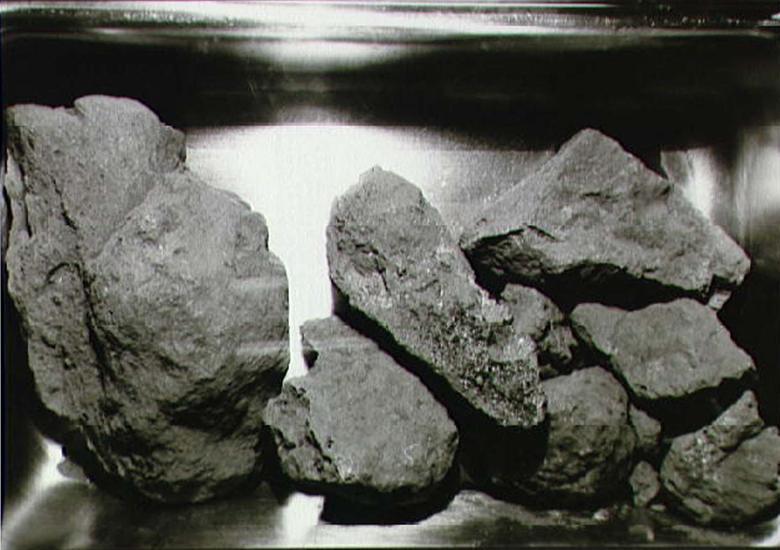 5. ROCAS DE LA LUNA: La tripulación reunió 47.51 libras de rocas y tierra de la luna.  Se descubrieron tres minerales a partir de muestras: armalcolite, tranquillityite y pyroxferroite.  Armalcolite, que se encontró por primera vez en el Mar de la Tranquilidad, recibió su nombre por la tripulación de la misión Apollo 11: Armstrong, Aldrin y Collins.  El mineral también fue encontrado más tarde en la Tierra.  NASA / Folleto vía REUTERS